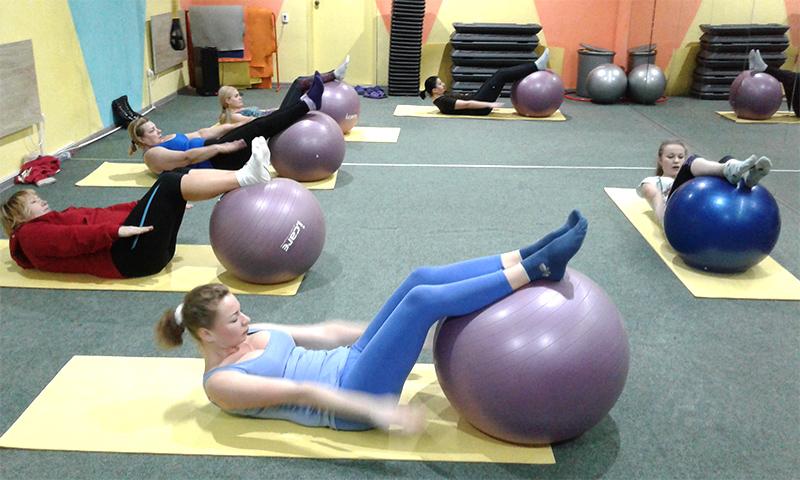 Пилатес на фитболах в студии фитнеса FIT-POINT